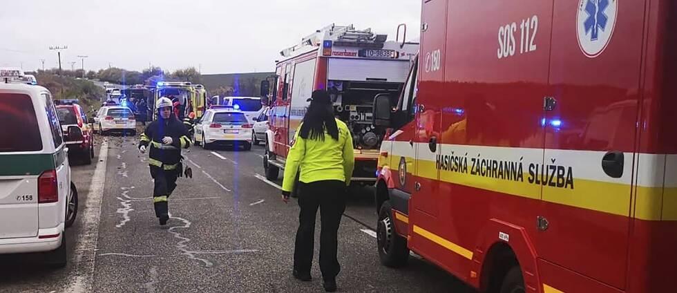 Räddningsarbete pågår vid den buss som kolliderat med en lastbil utanför staden Nitranske Hrnciarovce i Slovakien på onsdagen.