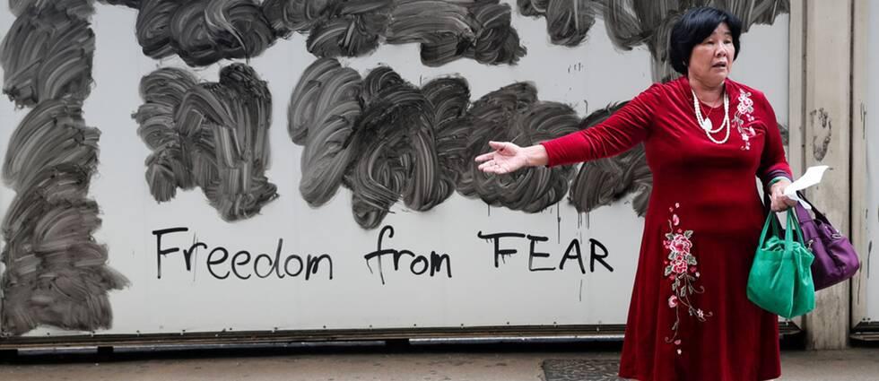 Svenskar har en allt mer negativ syn på Kina visar en undersökning. En kvinna demonstrerar i Hongkong för frihet från rädsla.