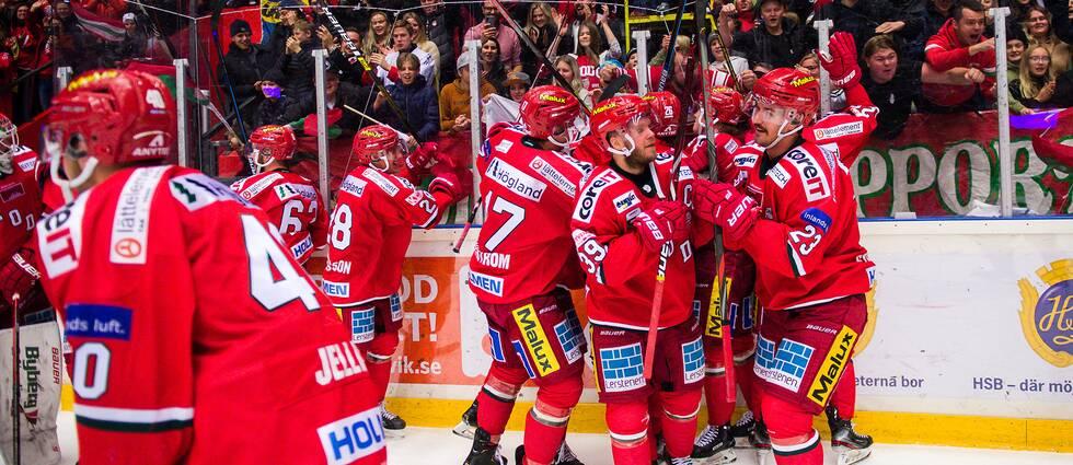 Modos spelare jublar efter segern mot Björklöven den 9 november.