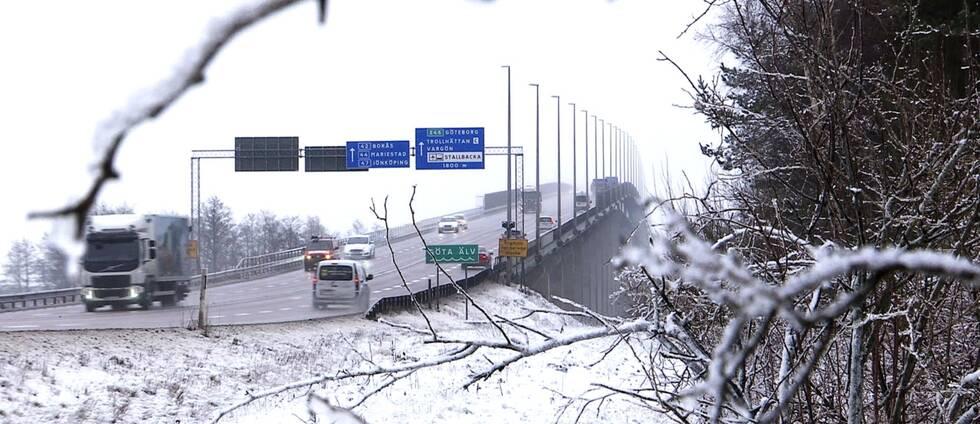 Trafik kör över Stallbackabron. Vinterlandskap.
