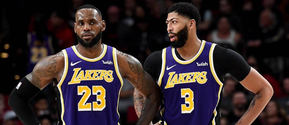 Lakers två storstjärnor LeBron James och Anthony Davis snackar ihop sig under en timeout mot Portland.