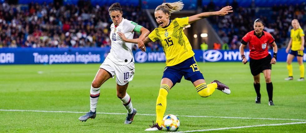 Carli Lloyd, här mot Sverige, tränar för en NFL-karriär.