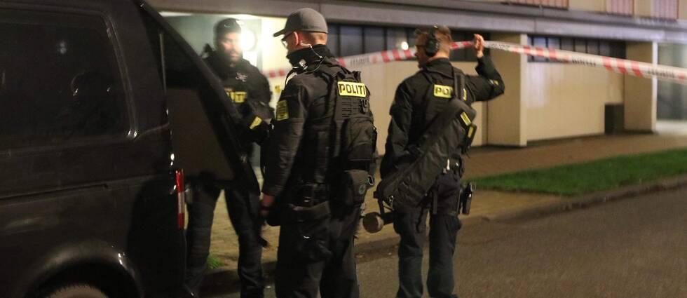 Bilden föreställer några danska poliser vid ett av tillslagen under onsdagen i Danmark.