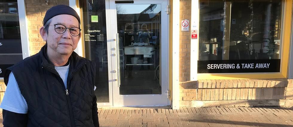 Joakim Chow framför sin restaurang i Oxie.