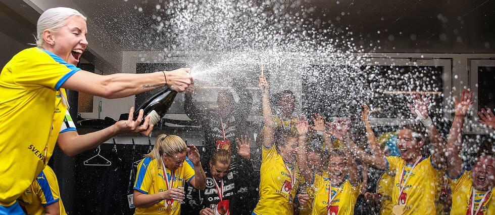 Lagkapten Anna Wijk, längst till vänster, firar VM-guldet med resten av laget.