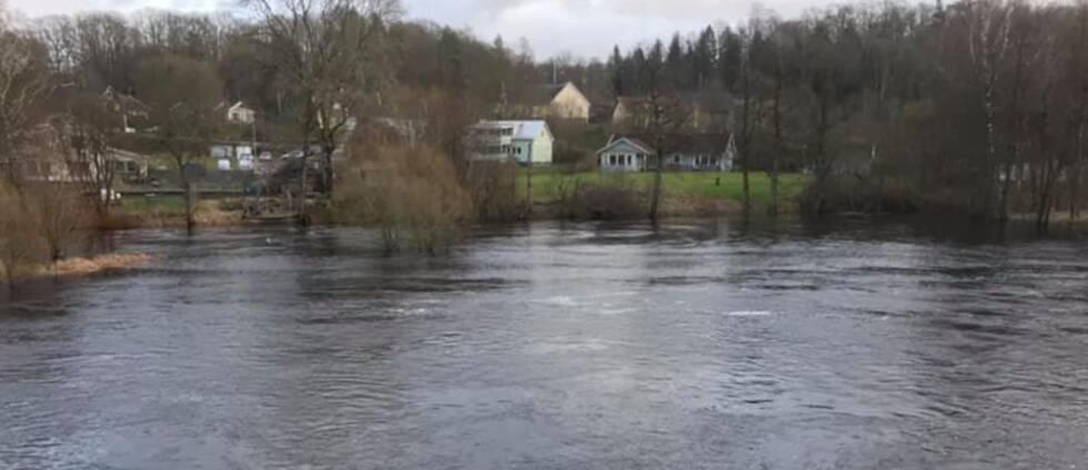 Att det är höga vattenflöden i Ätran märks bland annat av i Vessigebro.