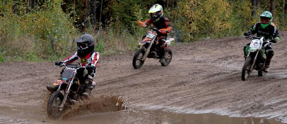 Barn som kör motocross.