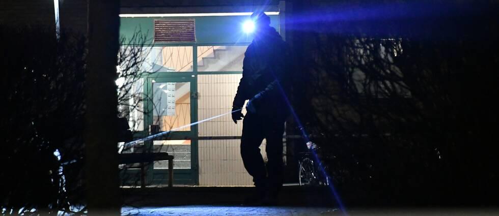 polis vid avspärrning framför entrédörr