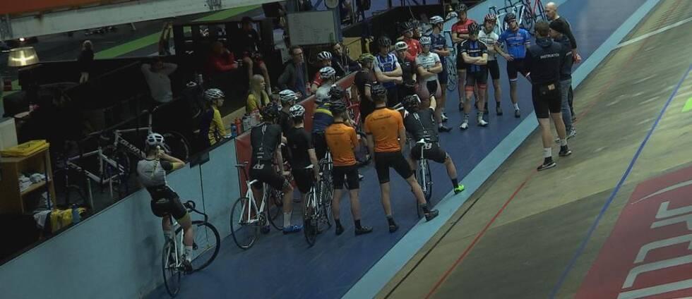 Cyklister står och pratar