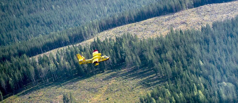 Ett italienskt brandflygplan i arbetet med att bekämpa den omfattande skogsbranden utanför Ljusdal under sommaren 2018.
