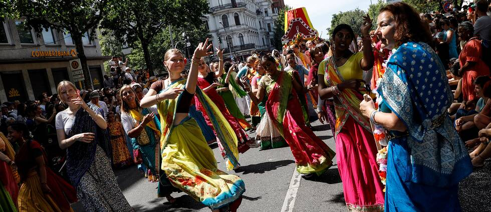 Parad och dansande människor i färgglada kläder.