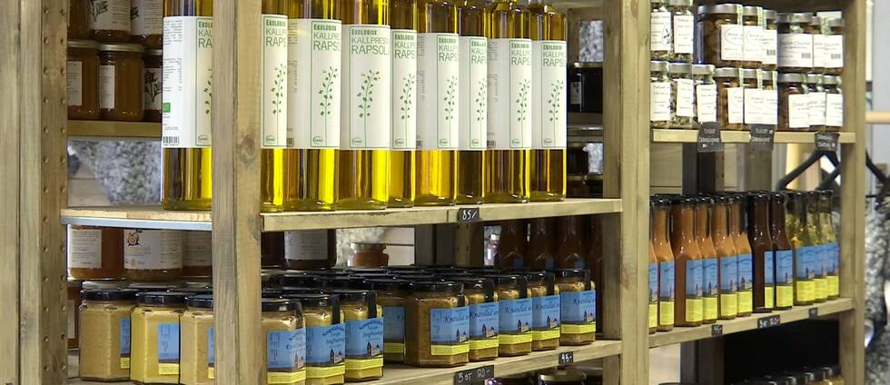 Lokalproducerade produkter på en hylla. Flaskor och burkar.