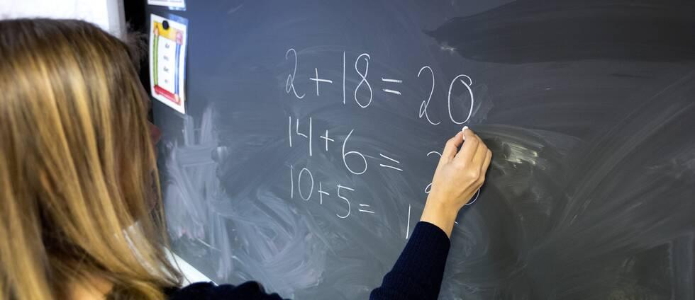 Lärare skriver på en tavla