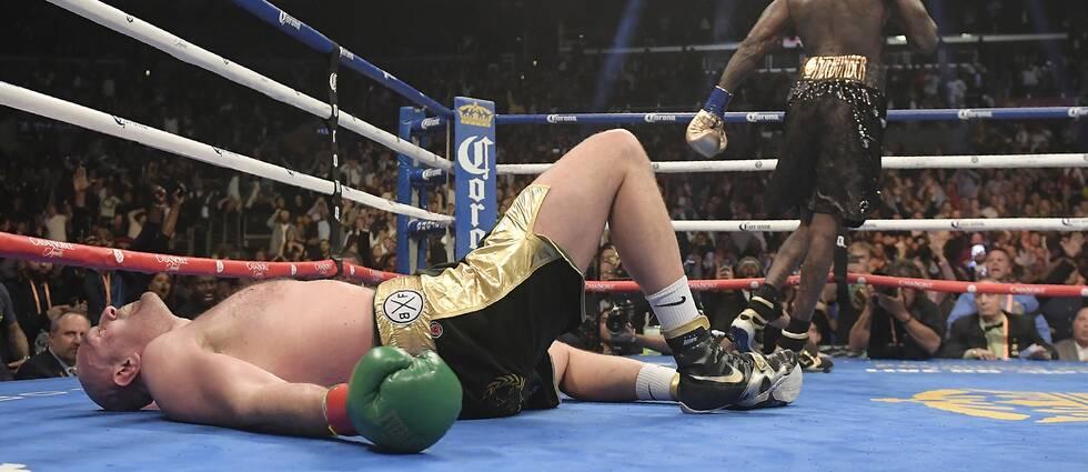 Deontay Wilder golvar Tyson Fury i den tolfte ronden i december 2018, men britten reste sig upp och matchen slutade oavgjort.