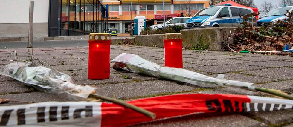 blommot och ljus till minne av de döda i Hanau.