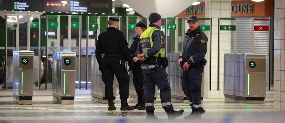 Poliser står innanför avspärrningsband