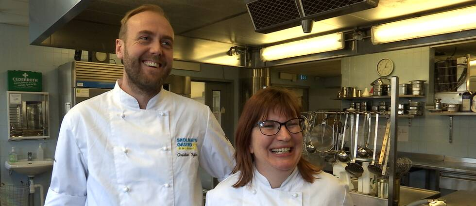 Kökschef Christian Rylén och kocken Therese Folebo i skolköket på Navets skola.