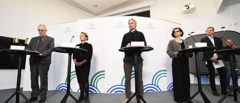 Thomas Lindén (Socialstyrelsen) Johanna Sandwall (Socialstyrelsen), Anders Wallensten (Folkhälsomyndigheten) och Anneli Bergholm Söder (MSB) under fredagens pressträff med Folkhälsomyndigheten gällande läget kring Covid-19