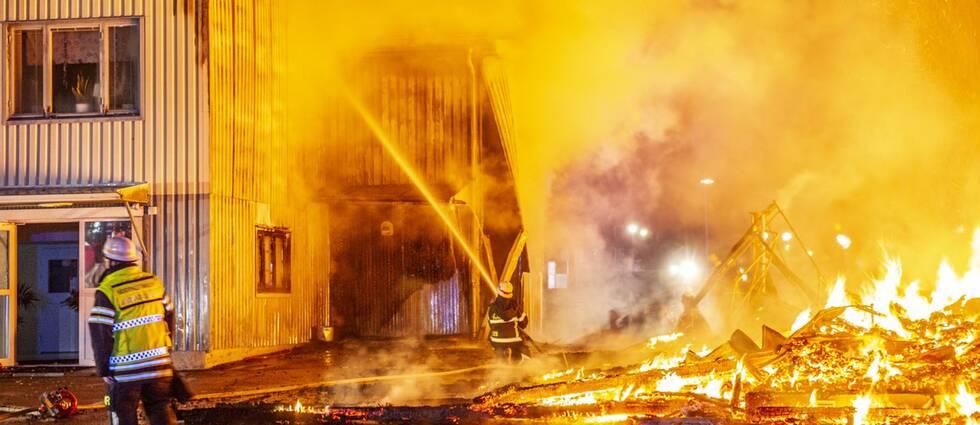 En av byggnaderna har helt brunnit ner till grunden, enligt fotografen på plats.