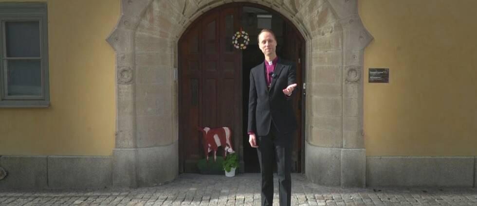 Biskopen i Västerås stift Mikael Mogren utanför sin bostad.