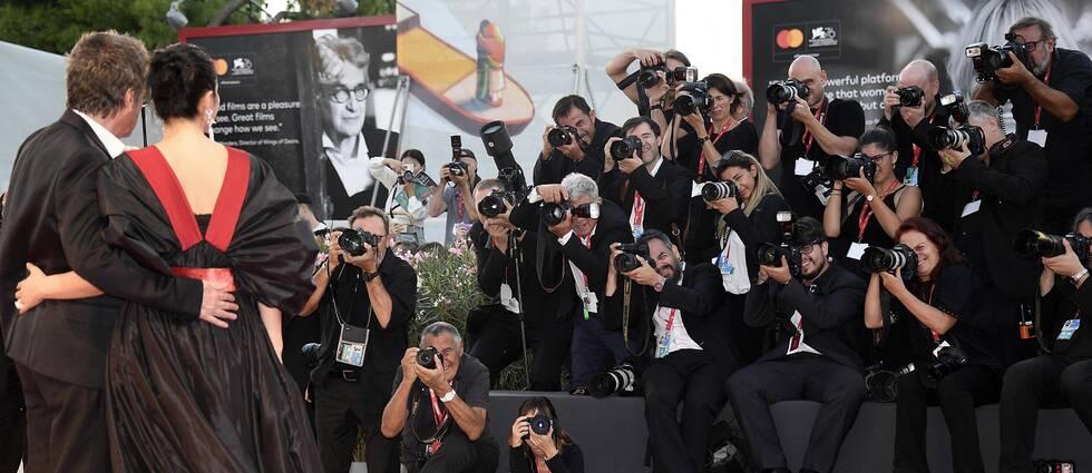 Fotografer fotar skådespelare som går på röda mattan under Filmfestivalen i Venedig 2019.