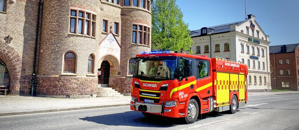 Brandbil i utryckning framför brandstationen i Gävle.