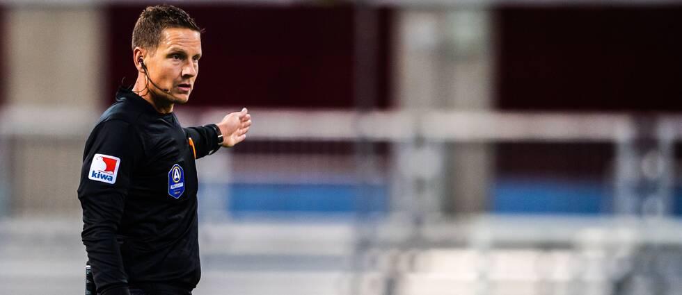 Avstängda fotbollsdomaren Martin Strömbergsson tycker inte han fått stöd från sin arbetsgivare.