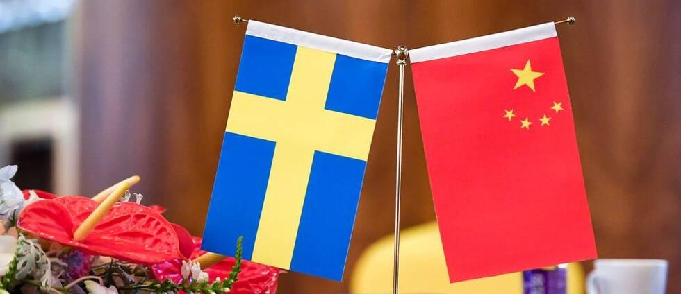 SVT:s Regina Svedberg Ågren frågar sig om Anna Lindstedt-fallet belyser Sveriges komplicerade förhållande med Kina. Arkivbild på båda länders flaggor.