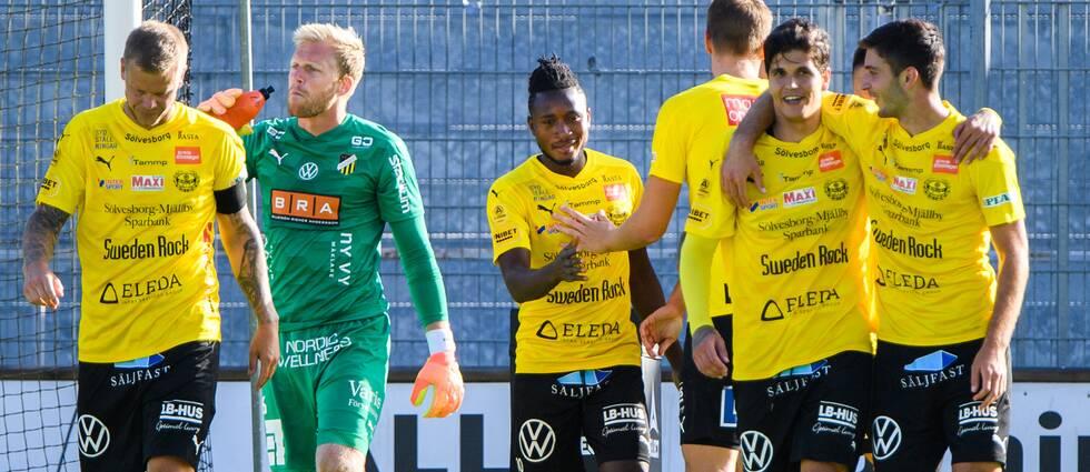 Mjällbys Mamudu Moro jublar efter 3-0 samtidigt som Häckens målvakt Peter Abrahamsson deppar.