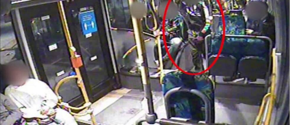 Övervakningsbild från en buss där en man som står i mittgången är inringad i rött.