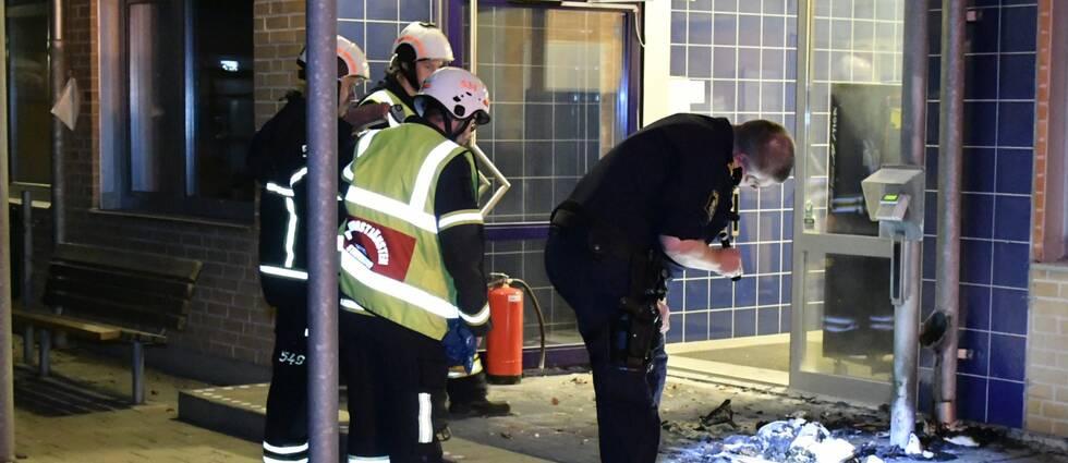 Polis och räddningstjänst vid brandplatsen på Alléskolan