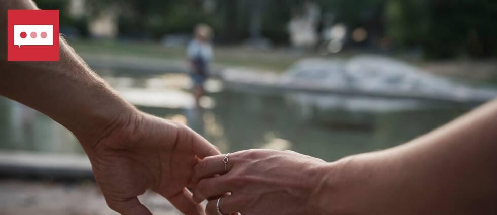 Antalet ansökningar om skilsmässa har ökat sedan corona kom till Sverige, jämfört med under samma tidsperiod i fjol. Bilden visar två händer.
