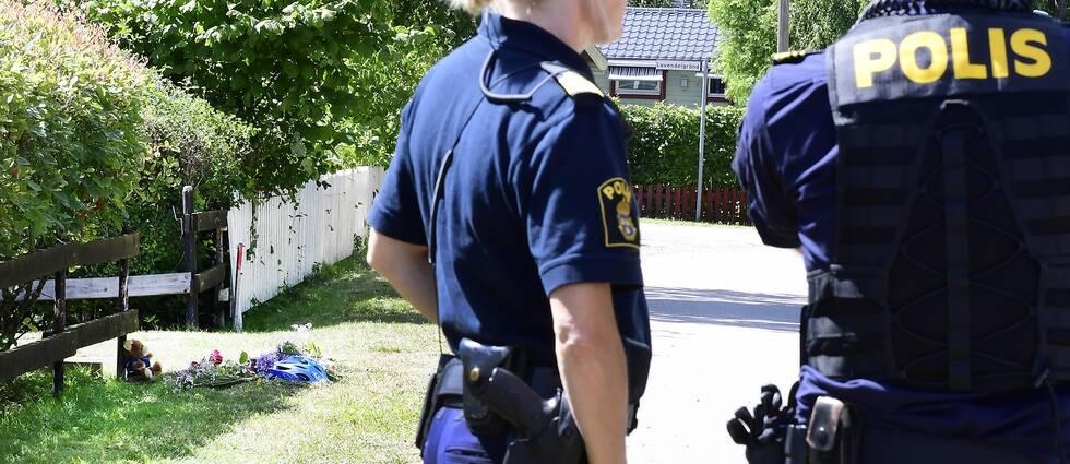 Två personer omkom när en familj på cykel blev påkörda i Färjestaden på onsdagen. Poliserna Karl Ljungkvist och Ulrika Mederin är på plats dagen efter.