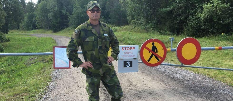 Major Jens Persson visar en avspärrning på militärområdet i Härnösand.
