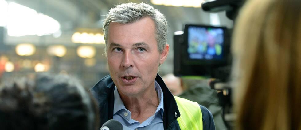 SJ:s vd Crister Fritzson träffar resenärer på Centralstationen i Stockholm.