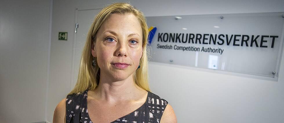 """Blond kvinna tittar in i kameran. I bakgrunden syns skylt med texten """"Konkurrensverket""""."""
