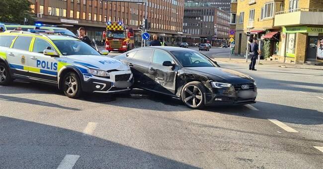 Polisbil krockade med personbil under utryckning