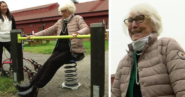Här testar Astrid, 90, den nya aktivitetsbanan i Skellefteå