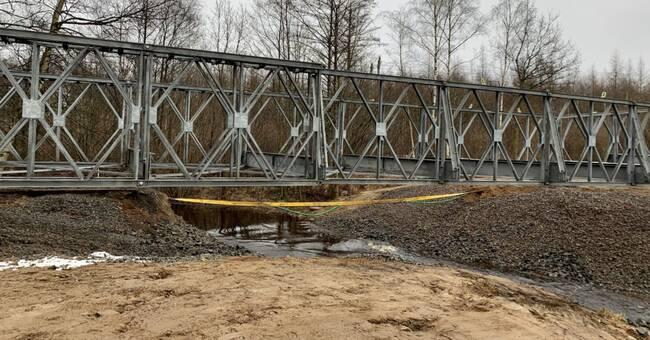 Efter broraset i Perstorp – här sätts en tillfällig bro på plats