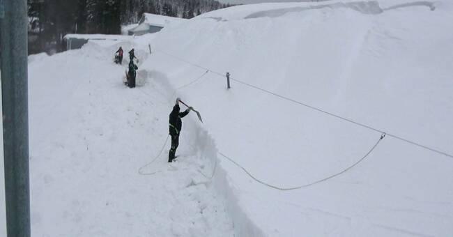 Risk för ras tvingar snösvängen ut på taken i Skellefteå