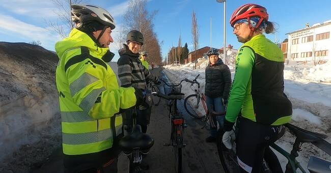 Umeå har fått kritik för snöröjningen – här testcyklar tjänstemän