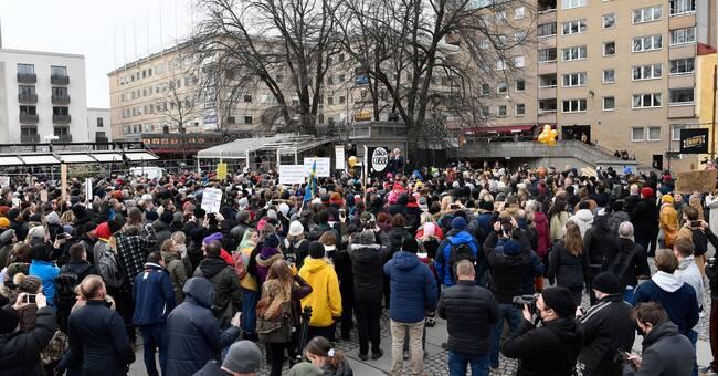 Polisen upplöser demonstration mot coronarestriktioner