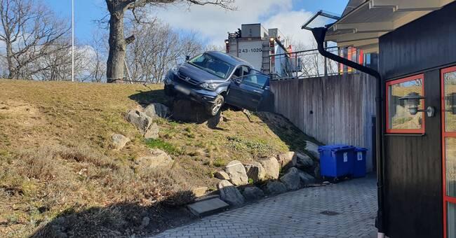 Bil körde över kant vid kyrka – smitningsolycka i Jönköping