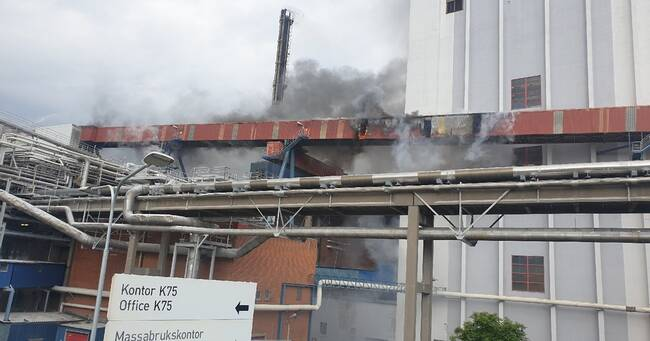 Omfattande brand i Husumfabriken – Stäng fönster och dörrar