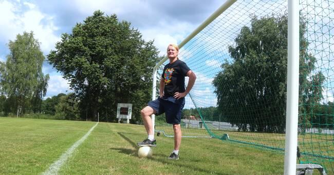 Strokedrabbad artist i oväntad comeback – som fotbollsproffs