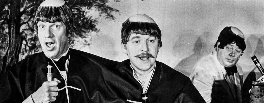 Manusförfattarna och komikerna Tage Danielsson och Hans Alfredson utklädda till munkar och sjunger framför kapellmästaren Gunnar Svensson vid pianot under deras revy 88-öresrevyn på restaurang Skeppet i Stockholm 1970.
