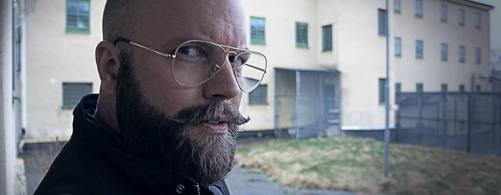 Melker Becker, programledare för Svenska hemligheter: Fängelset.