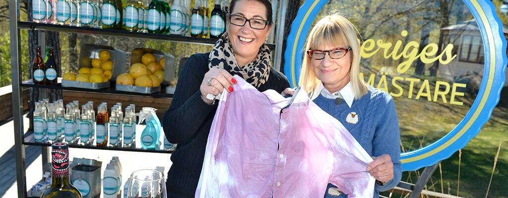 Städproffsen Marléne Eriksson och Marie-Louise Danielsson-Tham håller upp en fläckig skjorta.