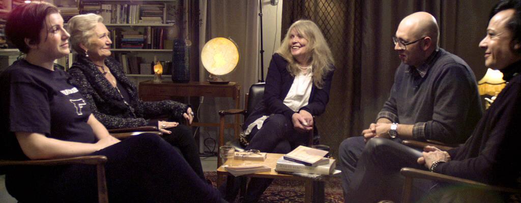 Kristina Lugn tillsammans med några av medlemmarna i bokcirkeln.