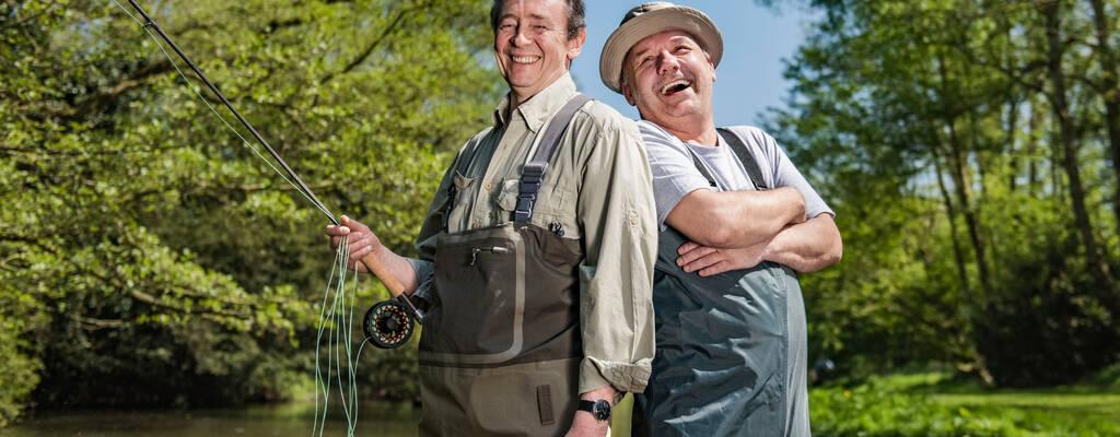 Komikerna Bob Mortimer och Paul Whitehouse har varit vänner i över 30 år. När de båda drabbas av hjärtsjukdomar gör de det enda rimliga – fiskar. I den här hjärtliga och roliga serien får vi följa Bob och Paul när de fiskar sig genom England och talar om livets stora frågor.